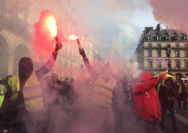 巴黎的抗議活動開始出現騷亂