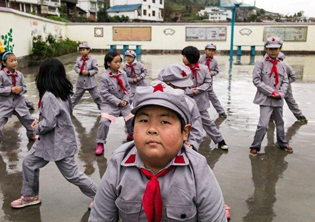 Толстый мальчик в школе. Китай.