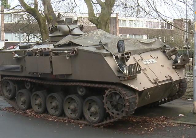 英國昔日陸軍裝甲運兵車停人行道惹爭議