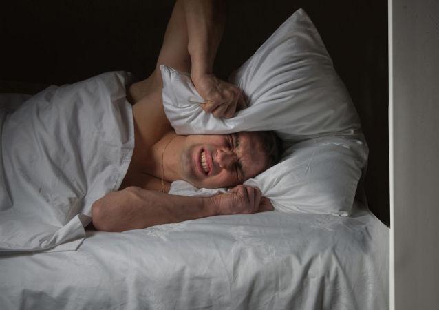 Мужчина не может уснуть из-за шумящего соседа