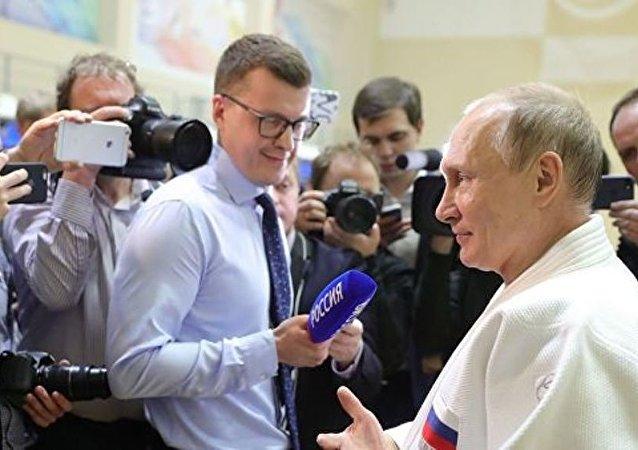 普京在索契與柔道運動員訓練中手指受傷