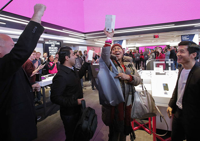 Мужчины радуются покупке смартфона OnePlus 6T