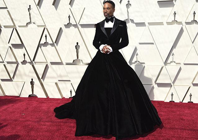 比利·波特身著絲絨禮服亮相奧斯卡紅毯