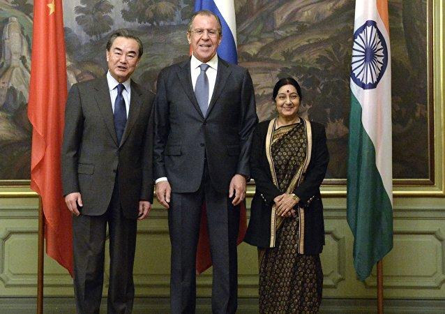 中國外長王毅(左)、俄羅斯外長拉夫羅夫(中)和印度外長斯瓦拉吉