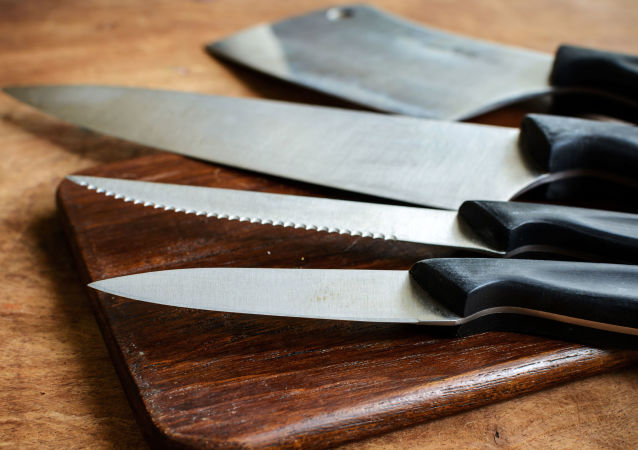 Ножи на разделочной доске