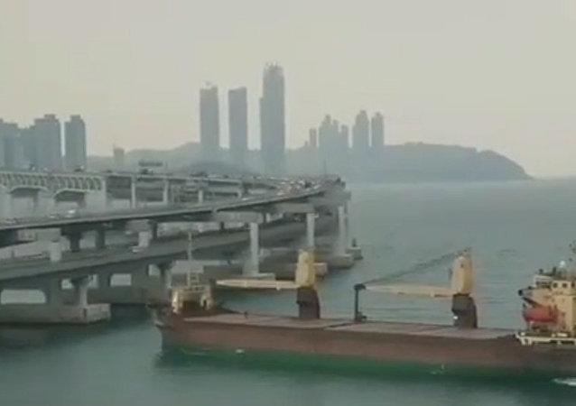 俄羅斯貨船撞到韓國釜山的一座橋