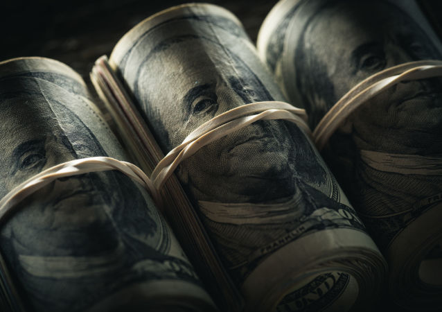 Скрученная пачка долларовых банкнот