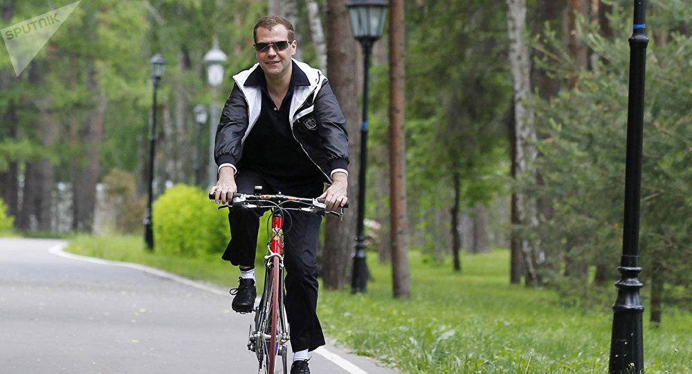 Дмитрий Медведев на велосипеде