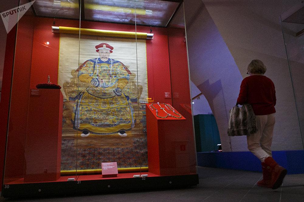 清乾隆年間(1736-1796)身著禮袍的乾隆皇帝肖像