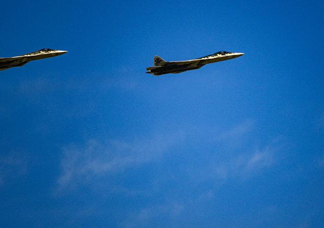 俄聯合航空製造集團總裁向馬來西亞總理介紹蘇-57飛機