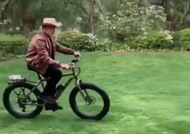 施瓦辛格騎車追小矮馬