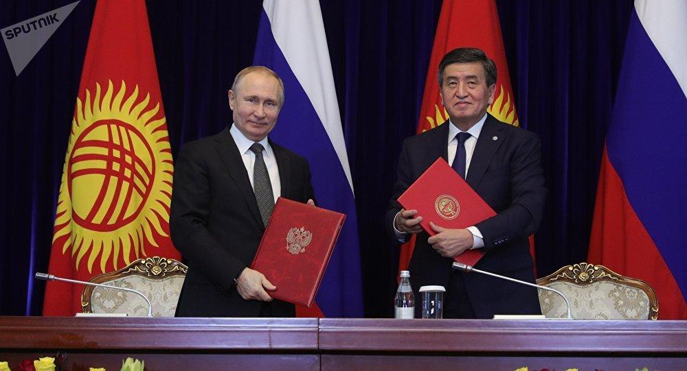 俄羅斯總統普京(左)和吉爾吉斯斯坦總統熱恩別科夫