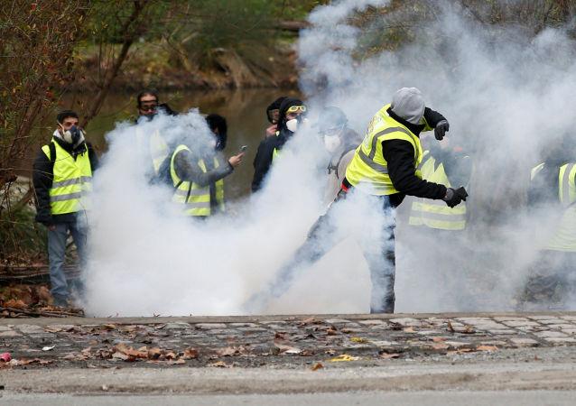 警方在巴黎黃馬甲抗議活動期間動用催淚瓦斯