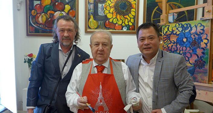 基霍米洛夫,俄羅斯藝術科學院主席、俄羅斯藝術泰斗祖拉布·採列捷利,劉明秀(從左至右)