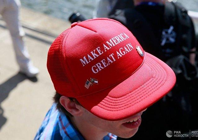 一名戴著俄語版特朗普口號帽子的男子在美國被打