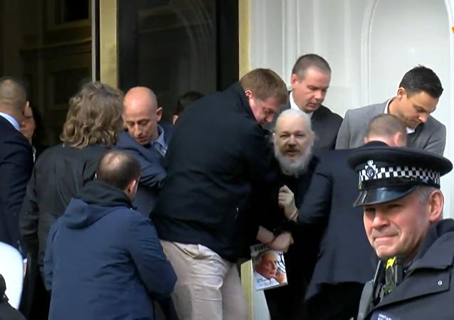 阿桑奇在厄瓜多爾駐倫敦大使館旁被捕