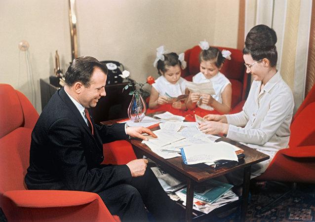 1967年,尤里·加加林與妻子和女兒們
