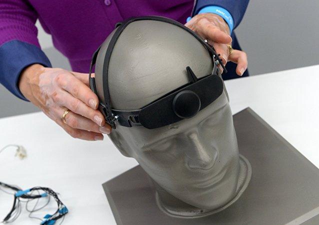 用於借助思想進行交流的「Neurochat」設備