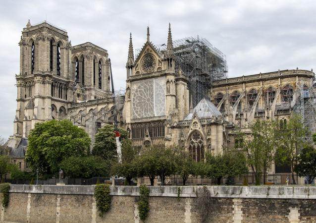 巴黎聖母院發生毀滅性火災後恢復夜間照明