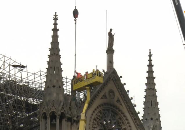 巴黎聖母院被蓋上帆布防雨