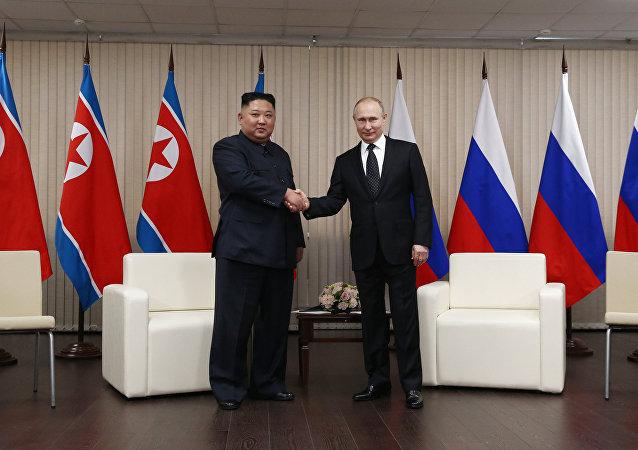 Лидер КНДР Ким Чен Ын и президент России Владимир Путин во время встречи в кампусе ДВФУ во Владивостоке