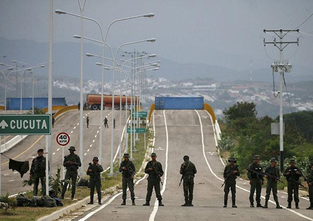 在與哥倫比亞邊境的委內瑞拉士兵