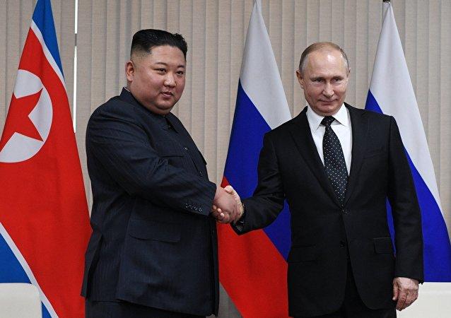 俄羅斯總統普京(右)和朝鮮領導人金正恩