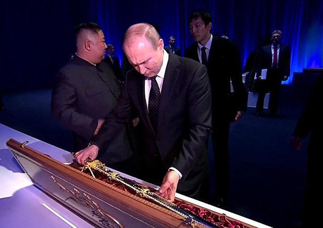 Ким Чен Ын подарил Владимиру Путину меч