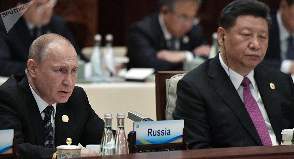 俄羅斯總統普京(左)