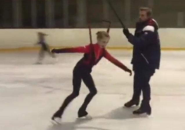 12歲俄羅斯花滑運動員表演五周跳