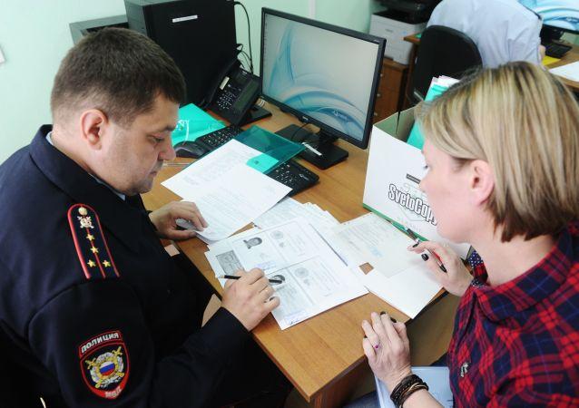 頓涅茨克移民局前排隊申請俄羅斯護照
