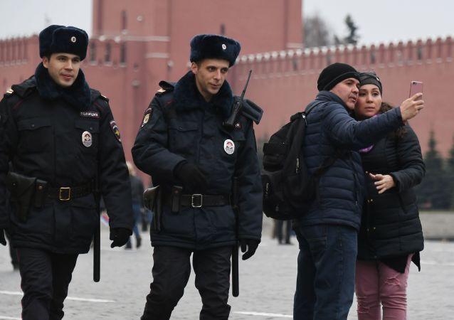 在莫斯科紅場上的警察和遊客。