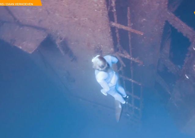英國自由潛水員在塞浦路斯沈船中游泳