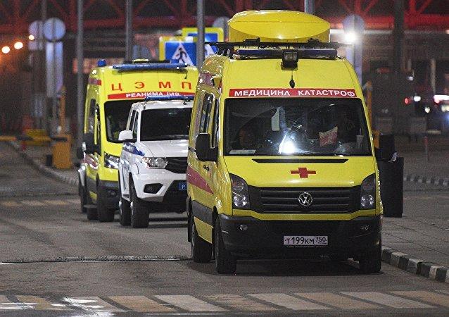 莫斯科謝列梅捷沃機場:一名從機場事故飛機上疏散的乘客被送醫救治