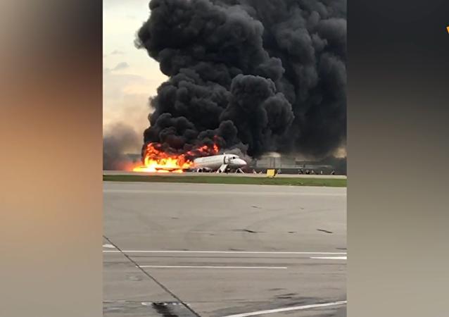 俄航蘇霍伊超級-100型客機起火