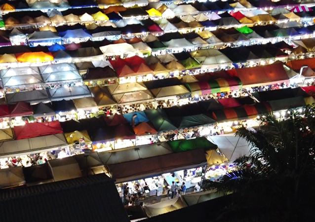 曼谷市場多彩棚頂成自拍聖地