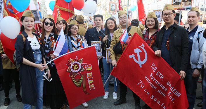 中國留學生們積極參與俄羅斯不朽軍團遊行活動