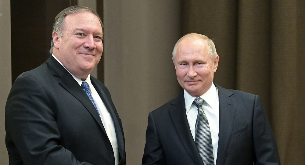 俄羅斯總統普京(右)和美國國務卿蓬佩奧