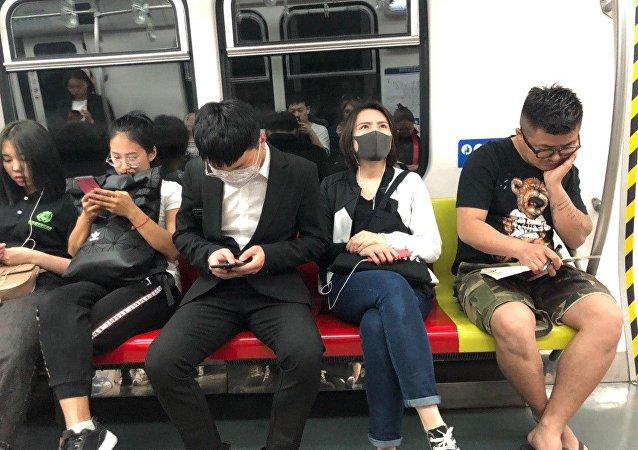 浙江女子穿吊帶進地鐵被要求穿上外套,地鐵回應:怕她感冒