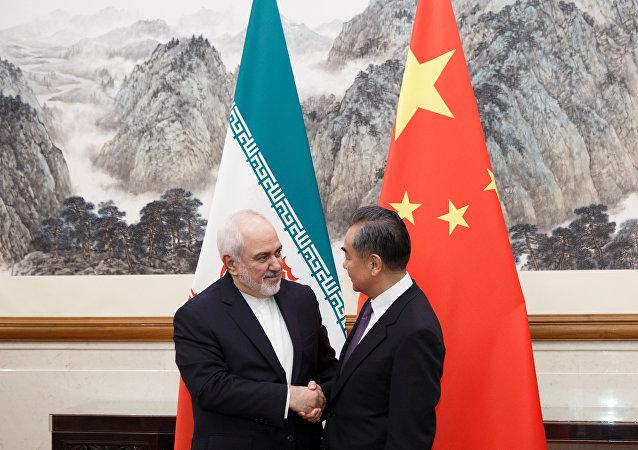 中國國務委員兼外長王毅(右)和伊朗外長扎里夫