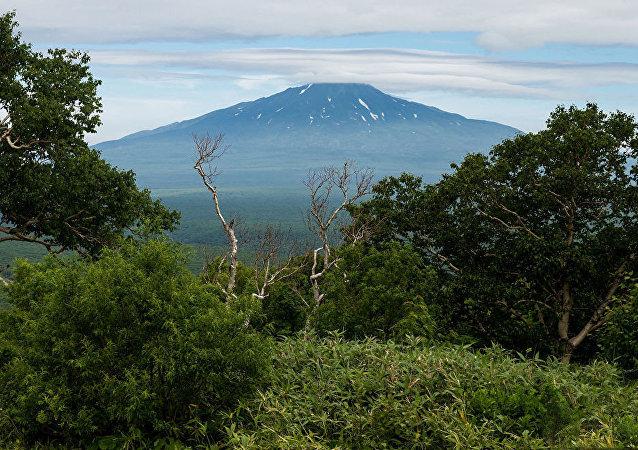 俄千島群島埃別科火山噴射出3000米高的灰柱