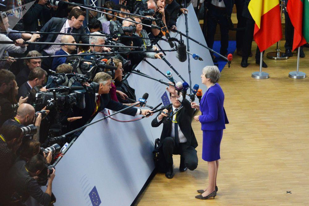 英國首相特蕾莎·梅在布魯塞爾舉行的歐盟峰會上回答記者的提問。
