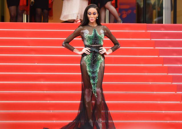 第72屆戛納國家電影節電影《我的天啊!》紅毯上的加拿大時尚模特溫妮·哈洛