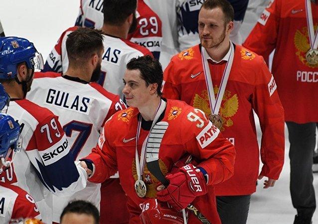 俄羅斯冰球隊運動員在點球大戰中擊敗捷克隊獲銅牌