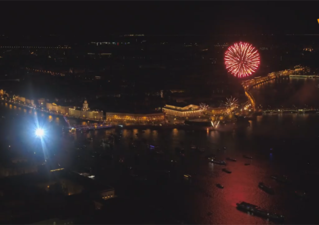 聖彼得堡慶祝城市日 璀璨煙花點亮夜空