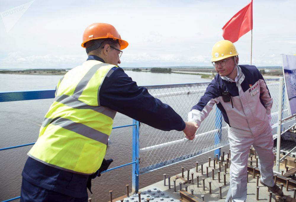 中俄黑河-布拉戈維申斯克跨境公路大橋合龍儀式上具有象徵意義的握手。