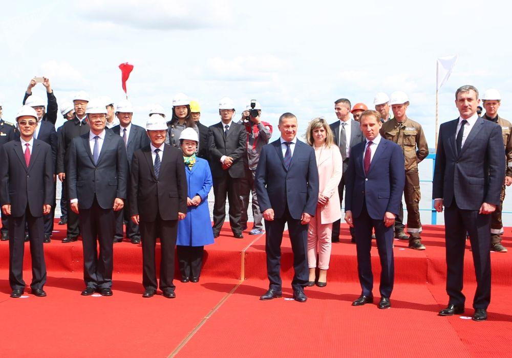 阿穆爾州州長瓦西里∙奧爾洛夫,俄羅斯總統駐遠東聯邦區全權代表尤里∙特魯特涅夫及俄羅斯遠東和北極發展部長亞歷山大∙科茲洛夫在黑河-布拉戈維申斯克跨境公路大橋合龍儀式上。