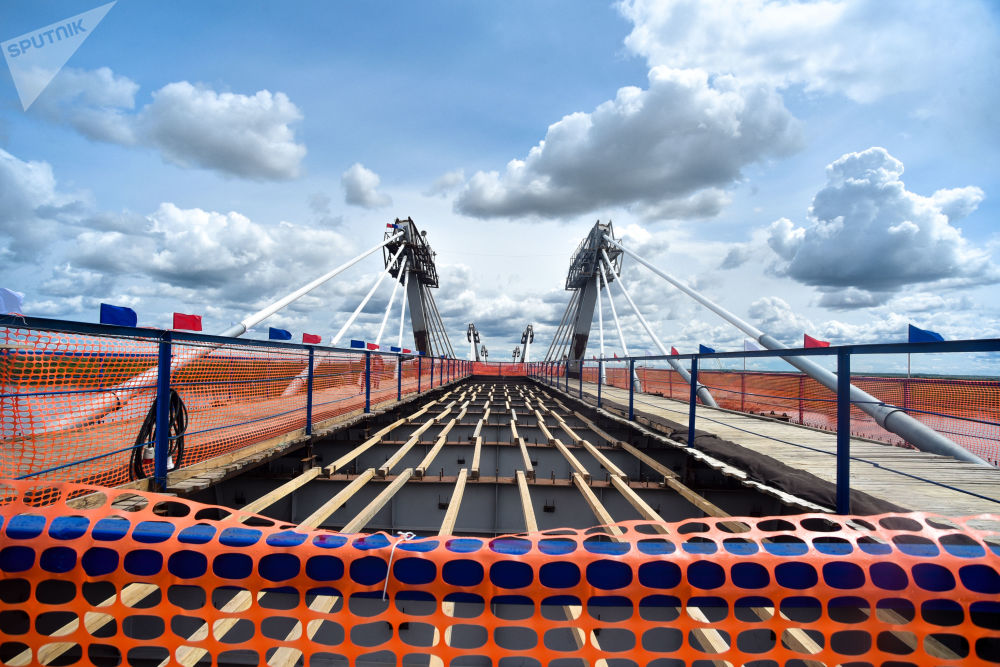 中國黑河-俄羅斯布拉戈維申斯克跨黑龍江(阿穆爾河)的跨境公路大橋合龍。