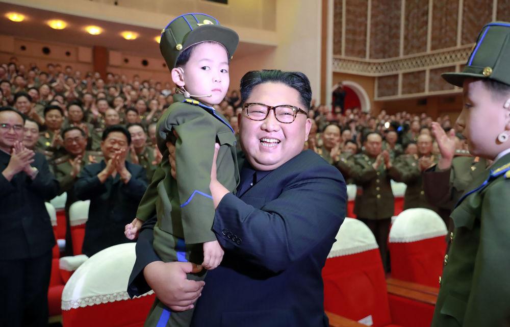 在朝鮮人民軍音樂會上, 朝鮮領導人金正恩懷裡抱著一個孩子