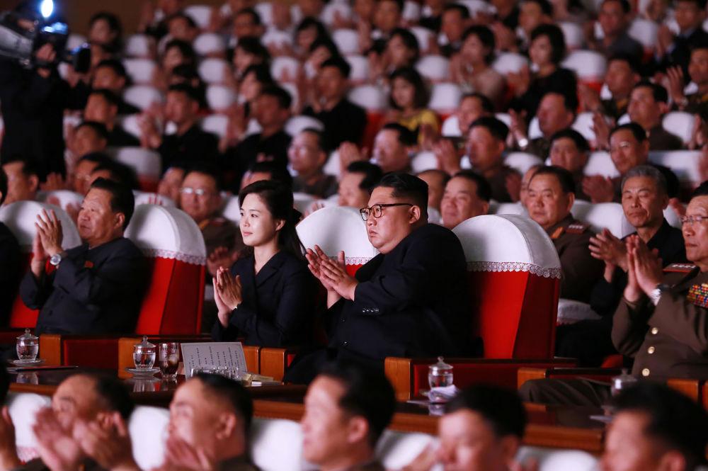 朝鮮領導人金正恩和夫人李雪主在朝鮮人民軍音樂會上